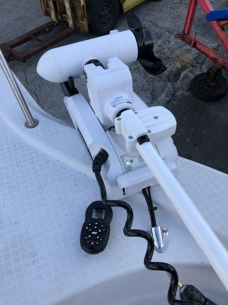 24Vのディーゼルエンジン艇に取り付けたi-Pilot 80ポンドモデル
