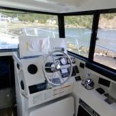 操舵席と航海機器